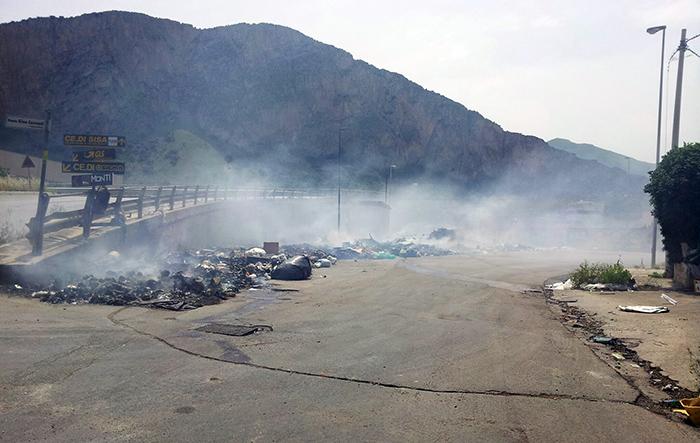 Rifiuti incendiati alla Zona Industriale di Carini